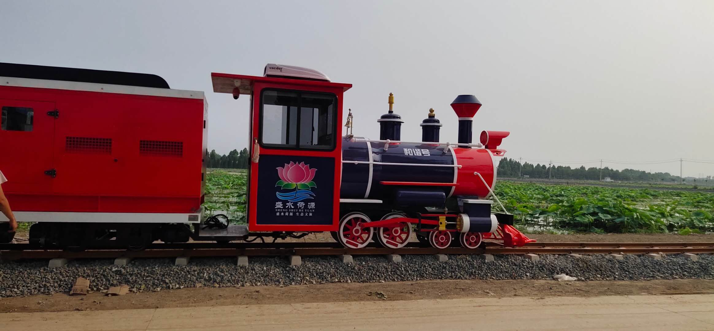 山东淄博盛水荷源里的荷花池中水上网红轨道观光小火车